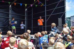Freestyle voetballer Nick doet voetbal challenges